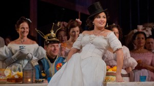 """Anna Netrebko interpreta Adina in """"L'elisir d'amore"""" di Donizetti"""